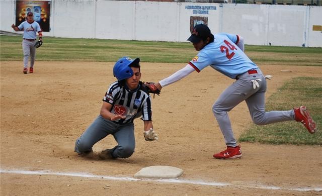 Danny Ramos sacando out a Marcelo Herrera de emelec en tercera base