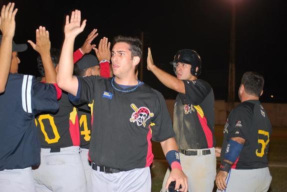 Samuel Felman jonronero de Americano acompañado de Daniel Duran recibido por sus compañeros